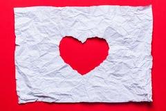 Papier déchiré blanc dans le symbole de forme de coeur Photos libres de droits