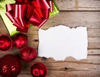 Papier déchiré blanc sur les ornements en bois de Noël de fond Photo libre de droits