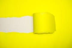 Papier déchiré découvert par jaune photo stock