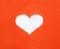 Papier déchiré rouge dans le symbole de forme de coeur au-dessus du fond blanc Photographie stock