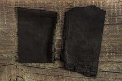 Papier déchiré sur le bois photographie stock