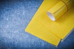 Papier d'émeris jaune sur les outils métalliques d'abrasif de fond Photos libres de droits