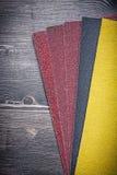 Papier d'émeris sur des outils d'abrasif de panneau en bois de vintage Image stock