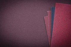 Papier d'émeris sur les agents de polissage abrasifs de l'espace de copie de feuille Photographie stock