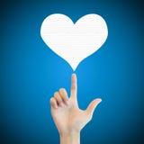 Papier d'amour de coeur d'exposition d'homme de main sur le fond bleu Photographie stock