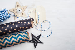 Papier d'emballage et ficelle de cadeau de Noël Image stock