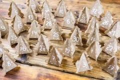 Papier d'emballage fait main d'arbres de Noël de calendrier d'avènement de Noël avec des nombres à l'arrière-plan en bois Image libre de droits