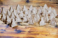 Papier d'emballage fait main d'arbres de Noël de calendrier d'avènement de Noël avec des nombres à l'arrière-plan en bois Image stock
