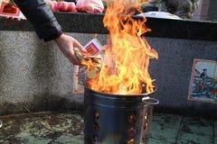 Papier d'idole chinoise de brûlure Images libres de droits
