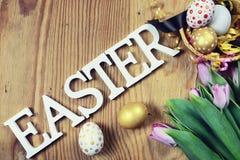 Papier d'oeufs de fleur de fond de Pâques en bois Photo libre de droits
