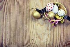 Papier d'oeufs de fleur de fond de Pâques en bois Photos stock