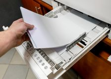 Papier dans l'imprimante place la pile de papier dans l'imprimante à laser images libres de droits
