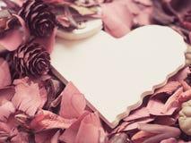 Papier de coeur avec la fleur sèche rouge Image libre de droits