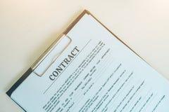 Papier de contrat, d'affaires et de concept de bureau photos stock