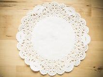 Papier de dentelle sur la table en bois Image stock