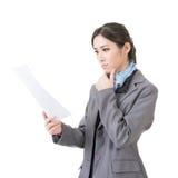 Papier de document de fichier de recopie de femme d'affaires photographie stock