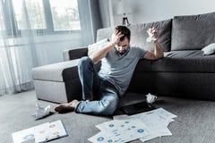 Papier de froissement malheureux déprimé d'homme Photographie stock