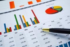 Papier de graphiques de diagrammes Développement financier, compte bancaire, statistiques, économie analytique de données de rech photo libre de droits