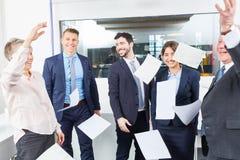 Papier de jet d'équipe d'affaires dans le ciel Images stock
