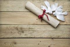 Papier de lettre et colombes de paix sur le fond en bois Images libres de droits