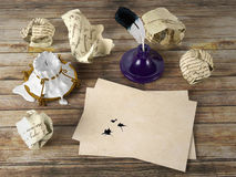Papier de lettre vide sur la table en bois avec le stylo de cannette et l'encrier encastré Photo libre de droits