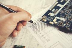 Papier de main d'homme avec le processeur d'ordinateur images stock