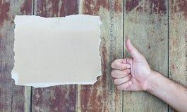 Papier de main sur le bois Type de cru Photo libre de droits