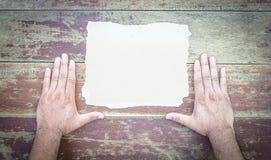 Papier de main sur le bois Type de cru Photographie stock libre de droits