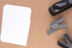 Papier de note avec des agrafes et une agrafeuse Photographie stock libre de droits