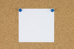 Papier de note avec des goupilles de poussée sur le panneau de liège Photographie stock