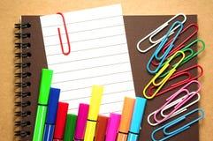 Papier de note avec le marqueur et les agrafes colorés Images stock