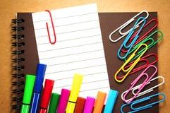 Papier de note avec le stylo de marqueur et les trombones Images libres de droits