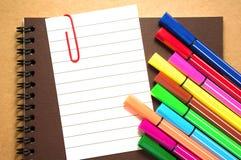 Papier de note avec les marqueurs colorés Photo stock