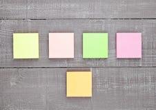 Papier de note collant de différentes couleurs vides sur la table Photographie stock