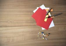 Papier de note coloré multi avec des goupilles de dessin et un stylo Photographie stock libre de droits