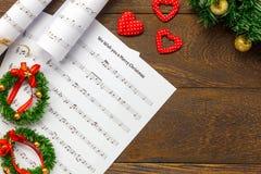 Papier de note de musique de Noël de vue supérieure avec la décoration o de Noël Photographie stock libre de droits