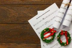 Papier de note de musique de Noël de vue supérieure avec la décoration o de Noël Image libre de droits