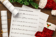 Papier de note de musique de Noël de vue supérieure avec la décoration o de Noël Images stock