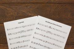 Papier de note de musique de Noël de vue supérieure sur le fond en bois de table C Image libre de droits