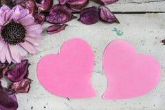 Papier de note en blanc de deux coeurs avec les fleurs roses Image libre de droits