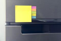 Papier de note vide attaché sur la porte de réfrigérateur Photos libres de droits