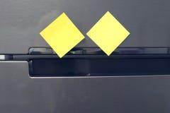 Papier de note vide attaché sur la porte de réfrigérateur Images stock