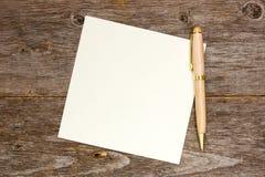 Papier de note vide avec le stylo photographie stock libre de droits