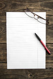 Papier de note vide avec le stylo sur la table Photos stock