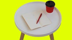 Papier de note vide vide ouvert avec le stylo rouge, tasse de carton de caf? rouge ? aller sur la table en bois de journal rond b images libres de droits