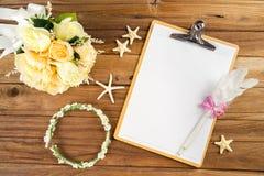 Papier de planification avec le stylo, bandeau rose, diadème, bouquet, étoile de mer Photos libres de droits
