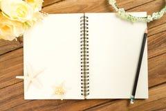 Papier de planification avec le stylo, bandeau rose, diadème, bouquet, étoile de mer Images libres de droits