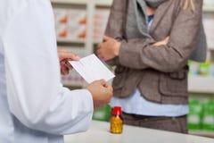 Papier de prescription de lecture de pharmacien photos stock
