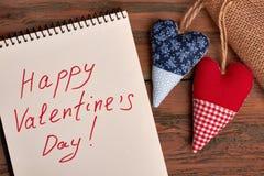 Papier de salutation du ` s de Valentine sur le bois Image stock