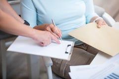 Papier de signature de femme agréable Image libre de droits